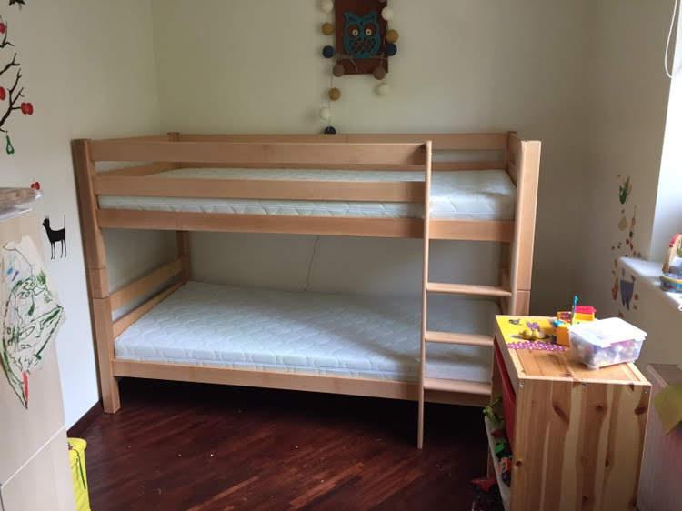 natūrali-medinė-dviaukštė-lova