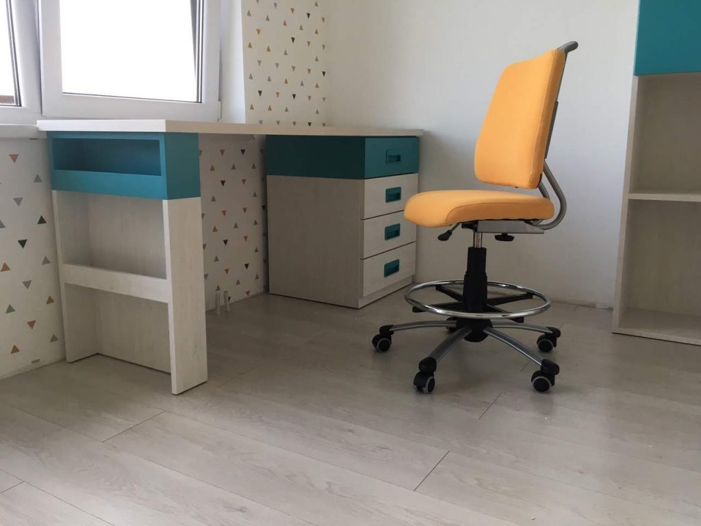 stalas-jaunuoliui-auganti-kėdė