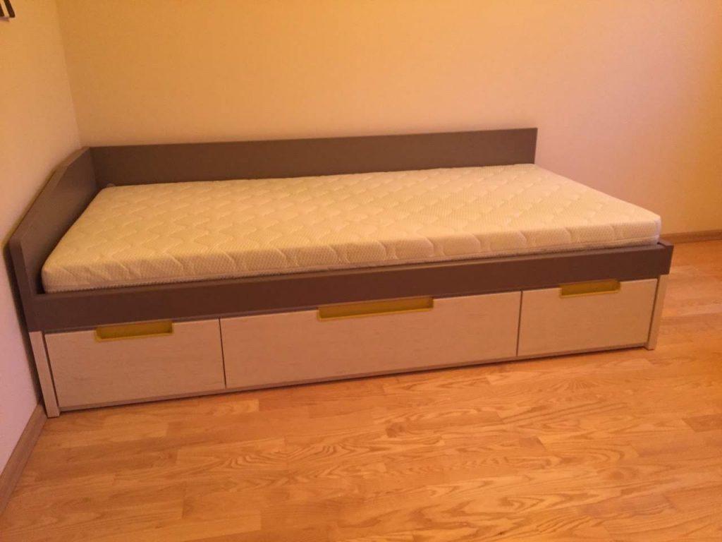 monoidėja-lova-su-stalčiais-po-lova