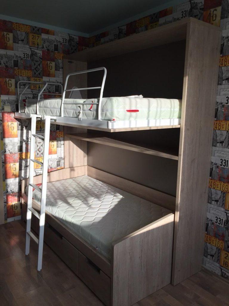 monoidėja-dviaukštės-lovos-spintoje-suaugusiems