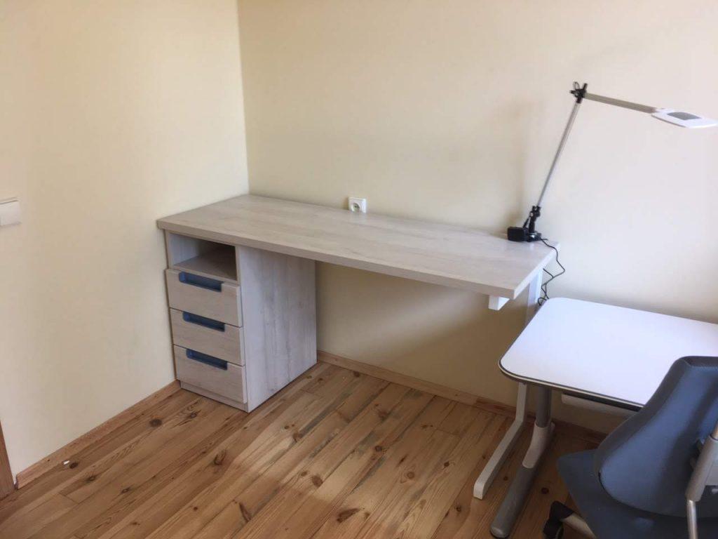 darbo-stalas-su-augančiu-stalu-vaikui