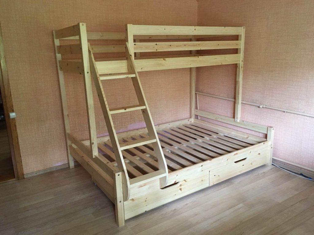 dvigulė-dviaukštė-lova-trims