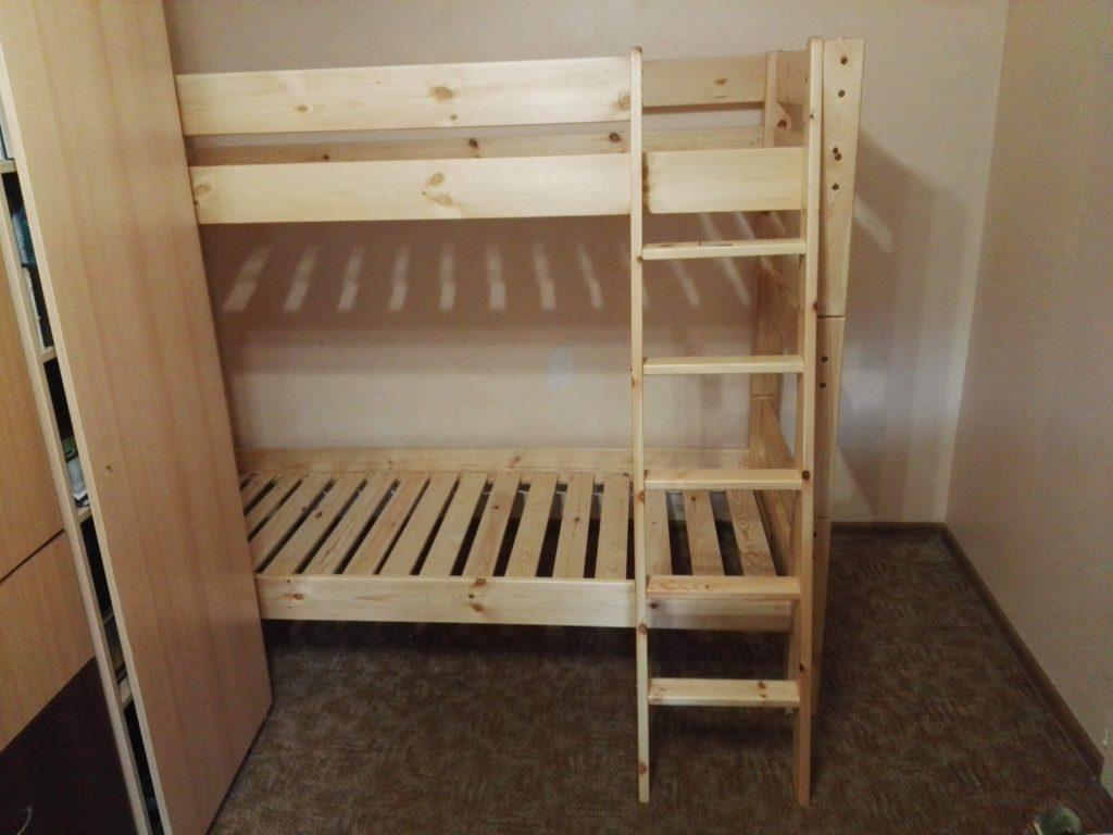 medinė-dviaukštė-lova-suaugusiems