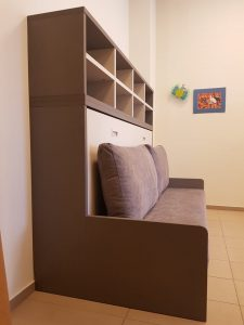 lova-spintoje-su-sofa-baldai-namams